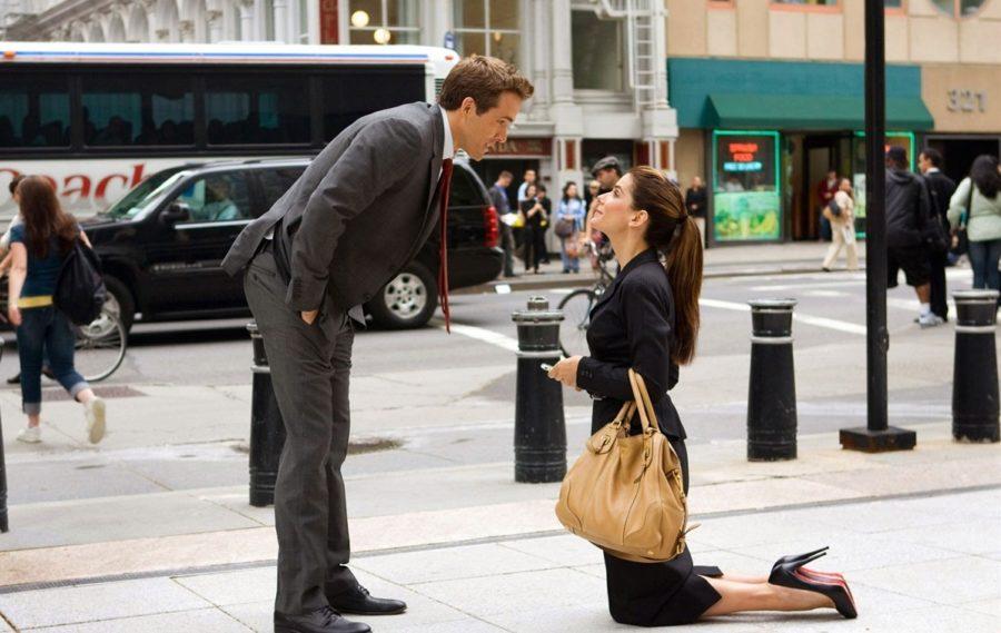 девушка стоит на коленях перед парнем