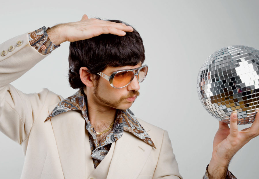мужчина с диско шаром