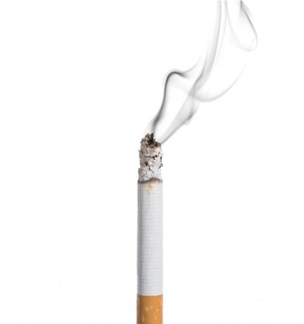 сигарета на белом фоне