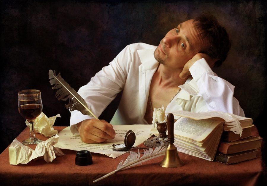 парень учится грамотному написанию для переписок на сайтах знакомств
