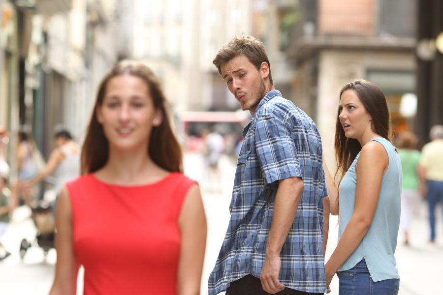девушки проверяют парней