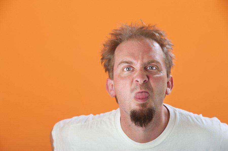 парень высунул язык