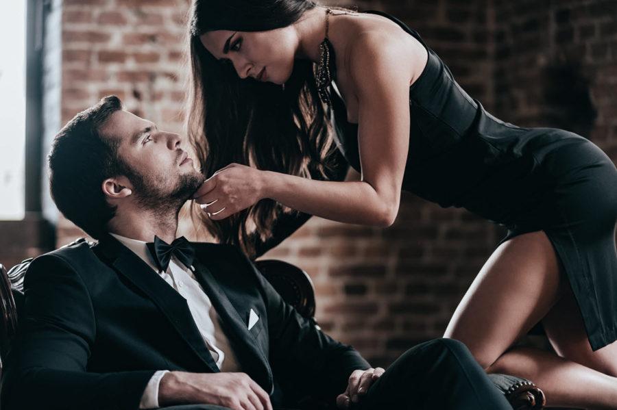 девушка соблазняет мужчину