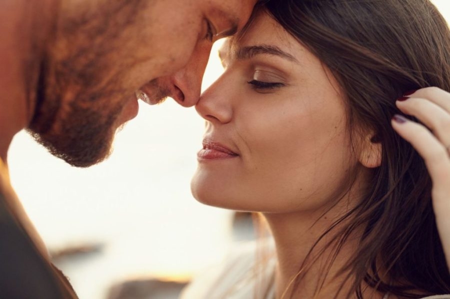 мужчина и девушка на закате