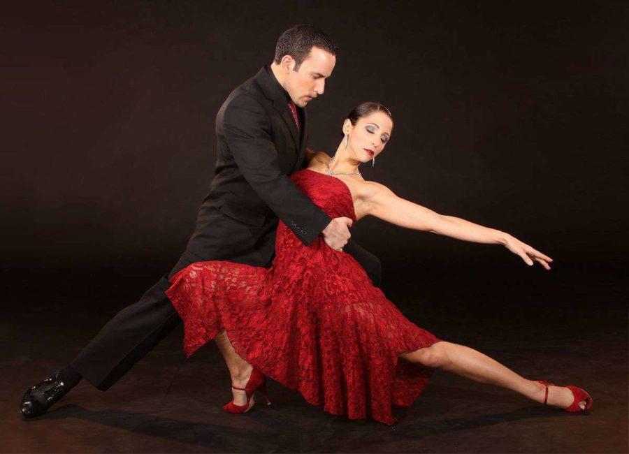 испанка танцует