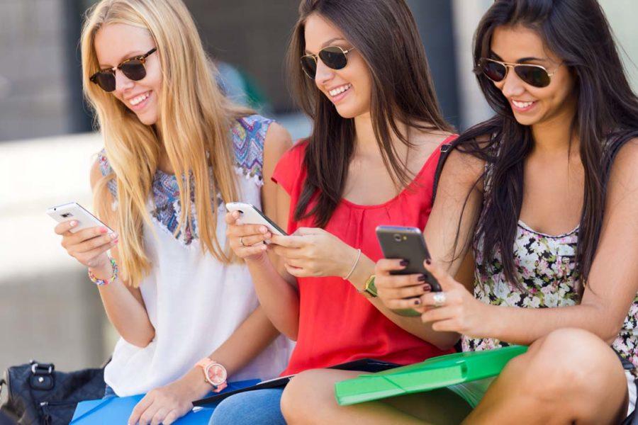 девушки чаще пользуются телефонами