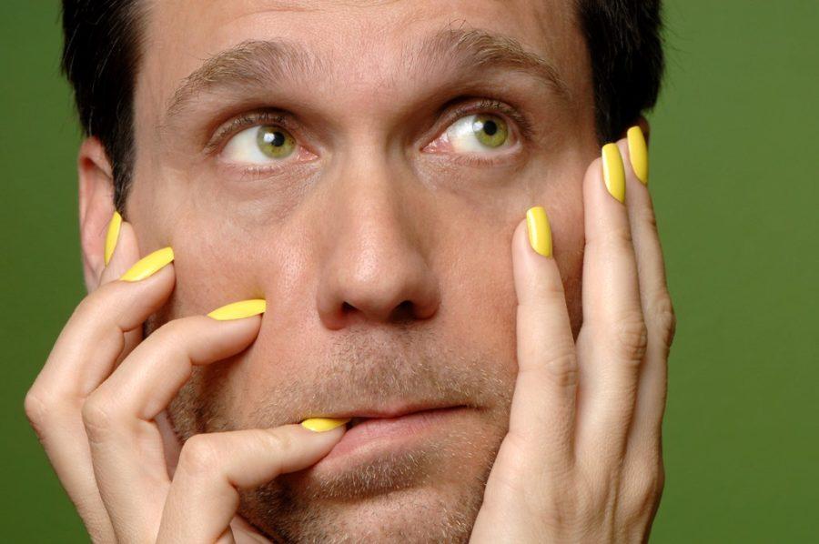 мужчина с желтыми ногтями
