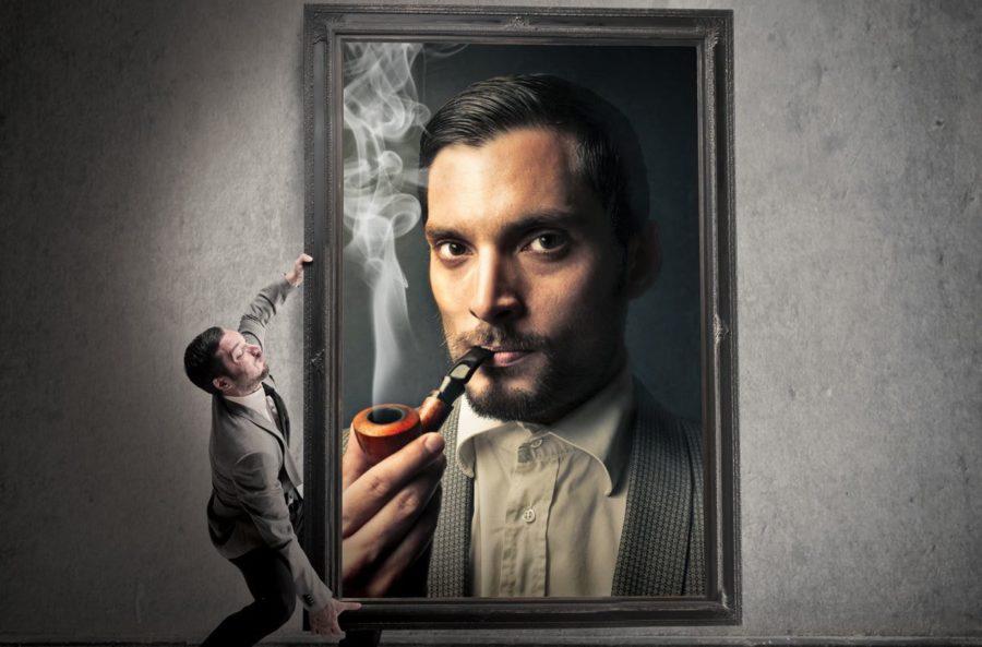 мужчина несет свой портрет