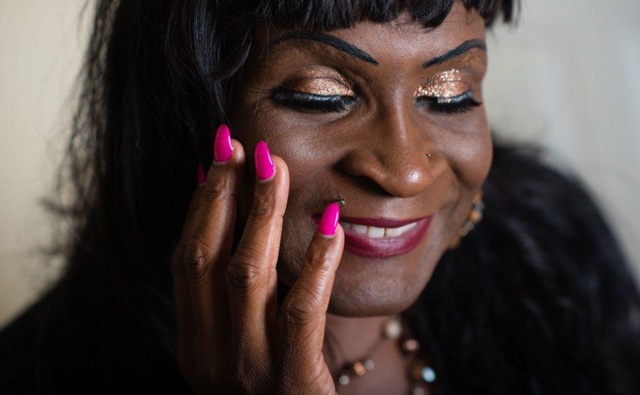 Трансгендерность с розовыми ногтями