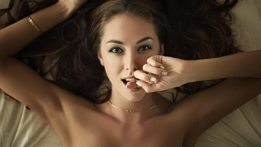 сексуальная девушка манит пальцем