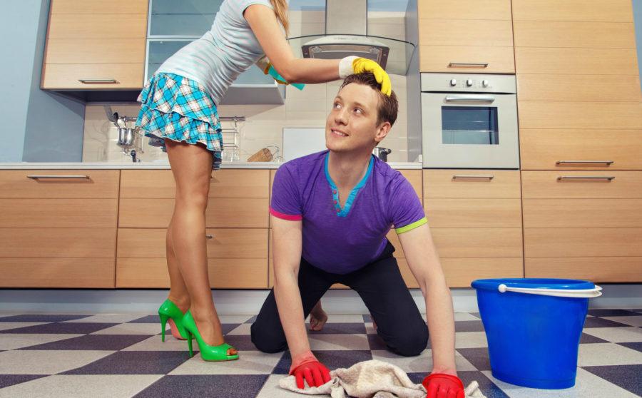 мужчина моет полы