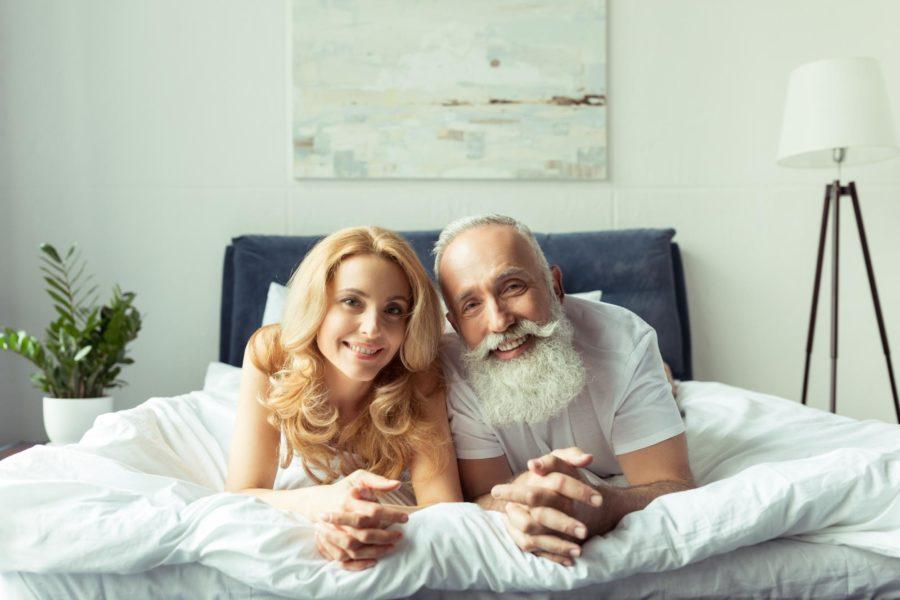 Секс пожилого мужчины с девушкой