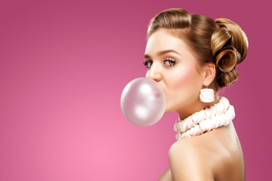девушка надула пузырь