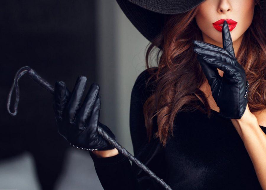 женщина с плеткой