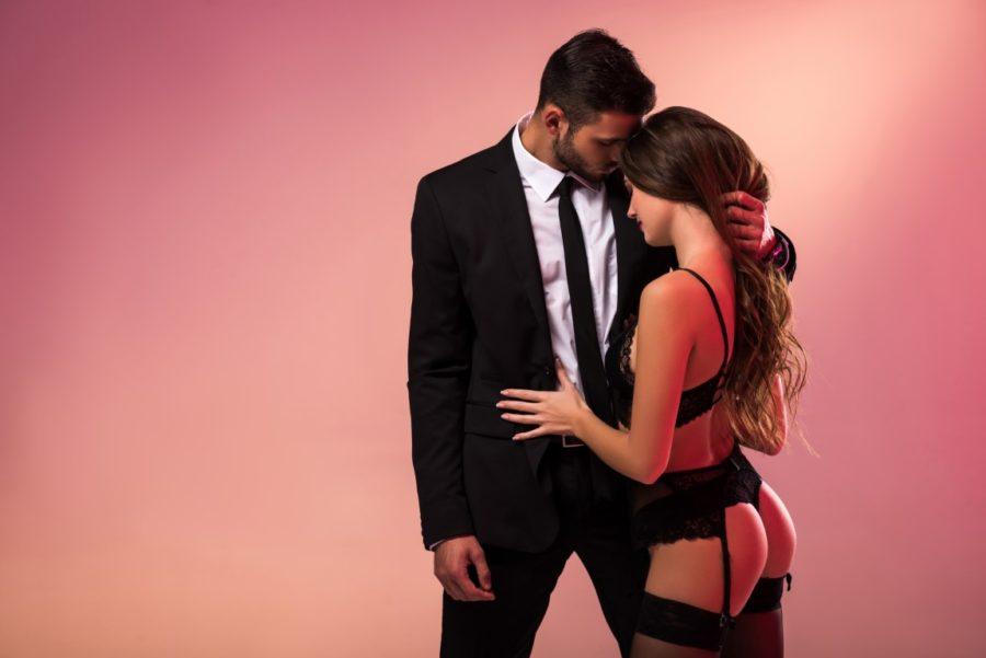 мужчина в костюме девушка