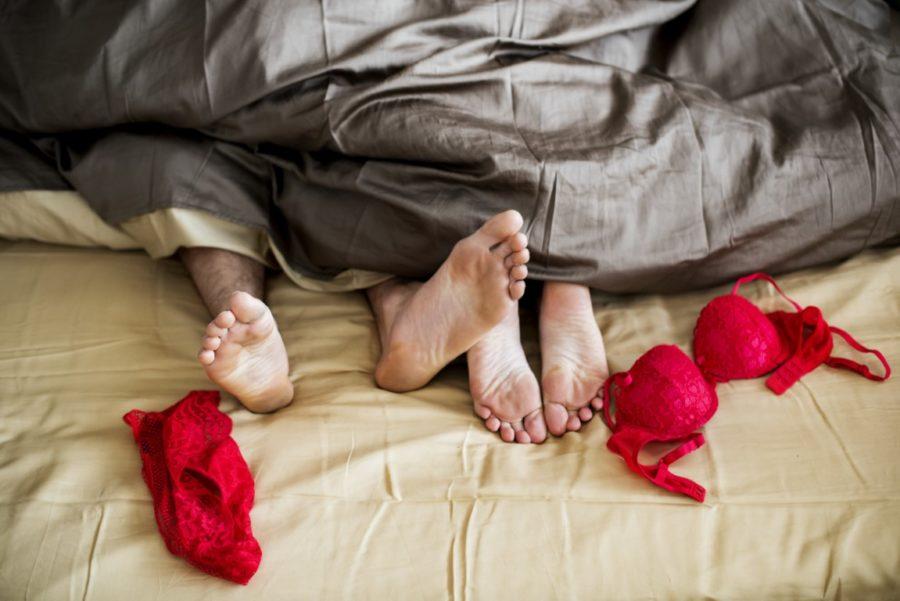 ноги и красное белье