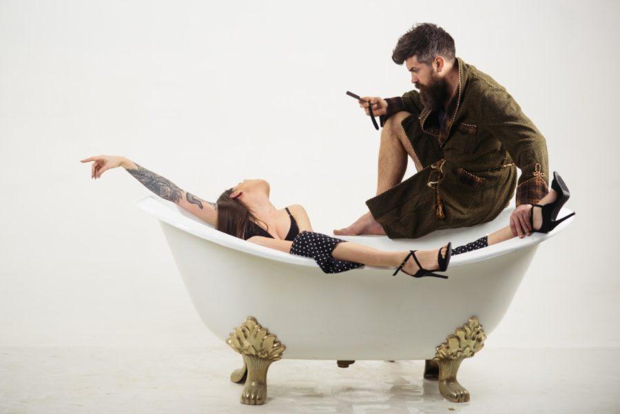 девушка с парнем в ванной