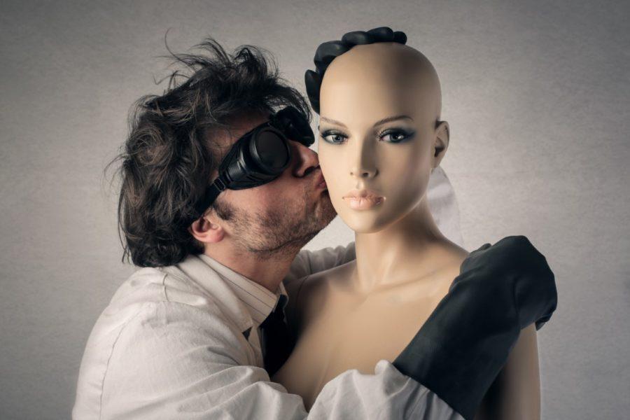 мужчина целует куклу