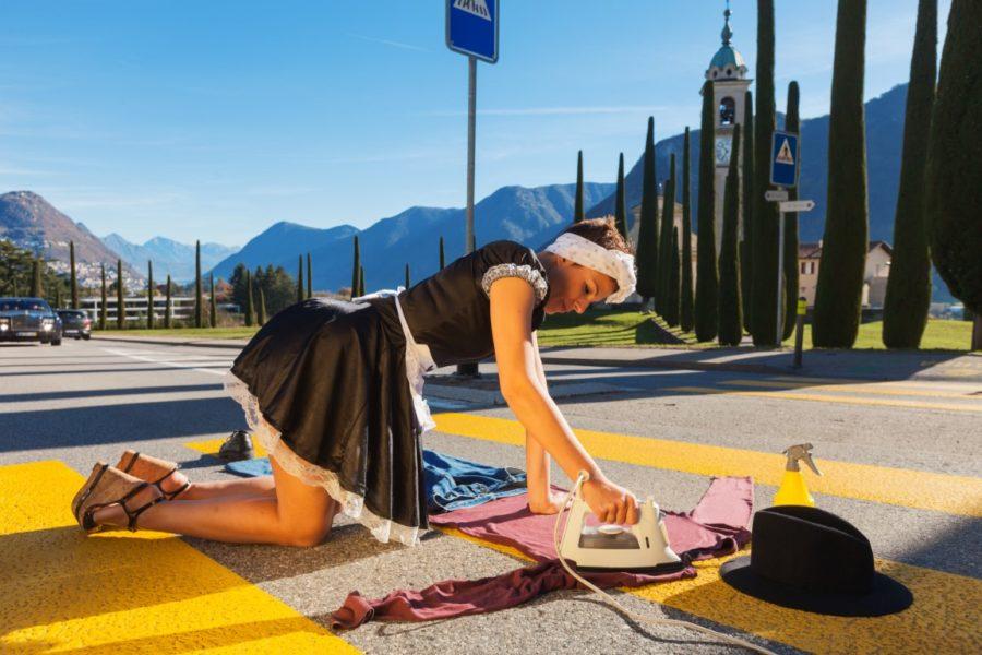 гладит на дороге
