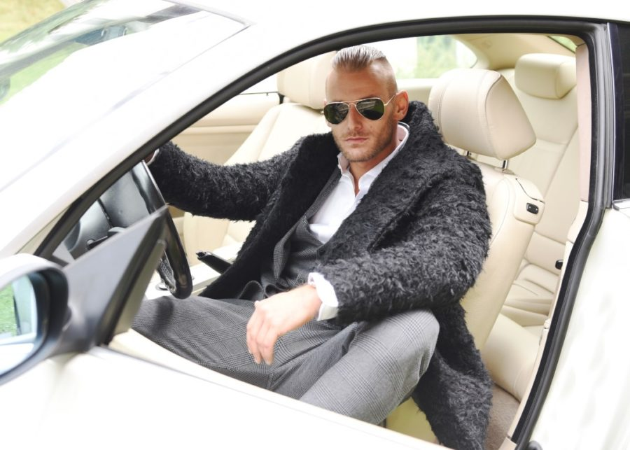 мужчина в машине