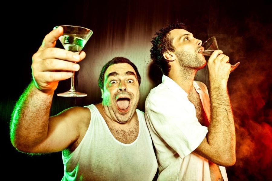 мужчины выпивают