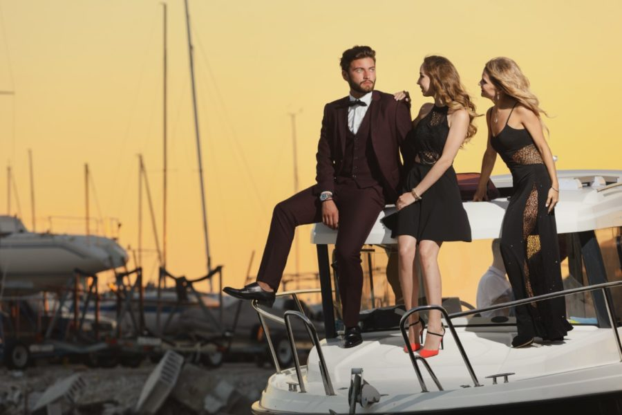 богатый мужчина и две девушки