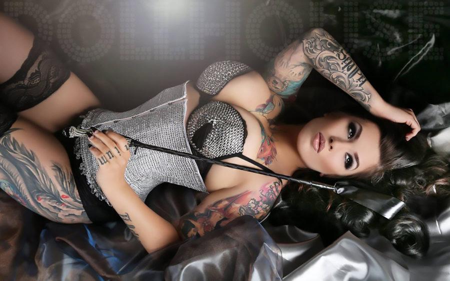 девушка с плеткой
