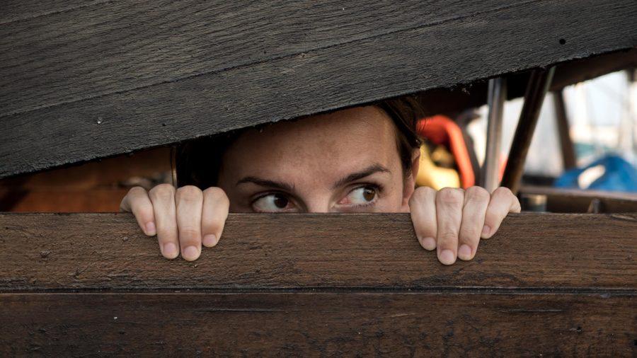 парень скрывает девушку