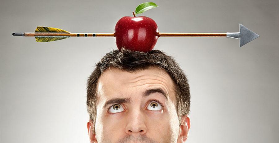 мужчина с яблоком на голове
