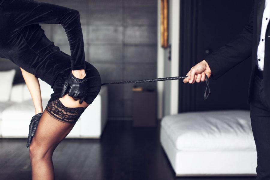 Мужчина наказывает девушку