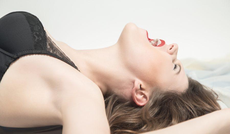 девушка испытывает оргазм в постели