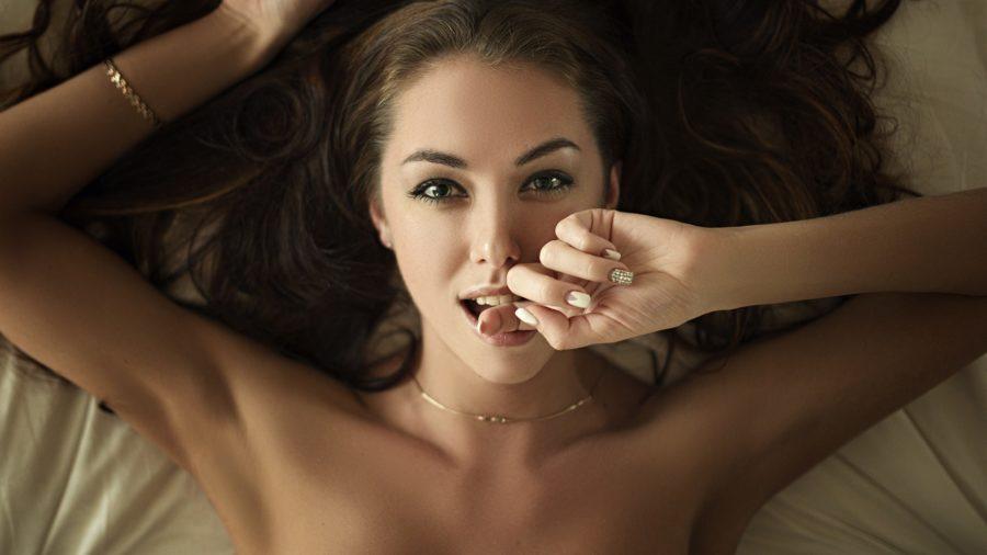 девушка с пальцем во рту
