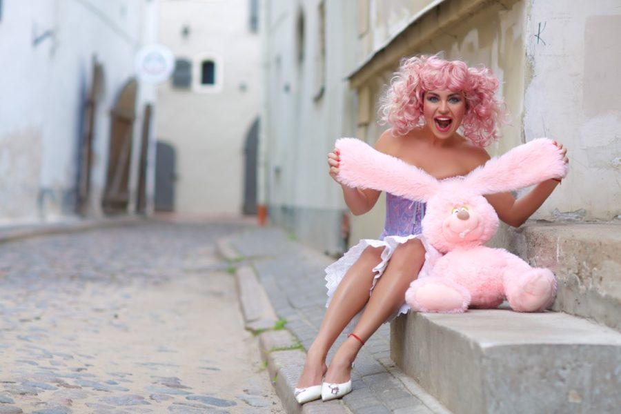 Девушка с розовым зайцем