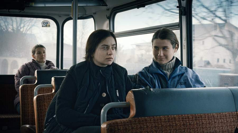 За холмами (2012)