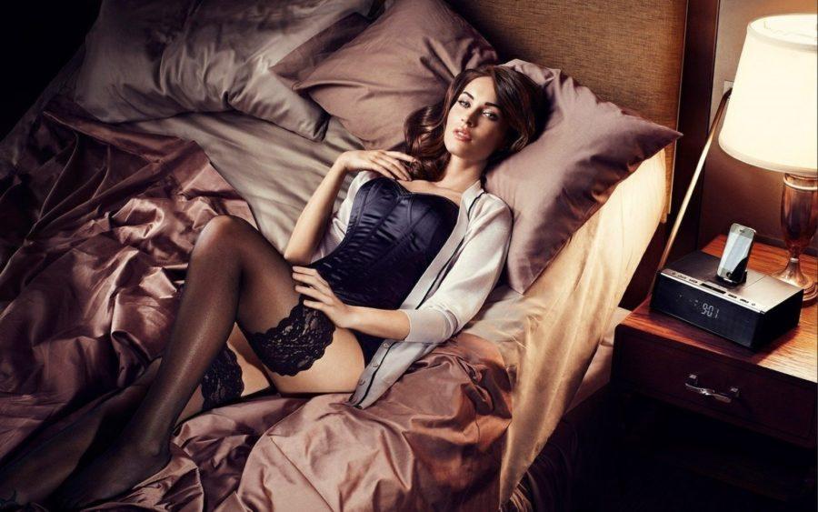 красотка в кровати