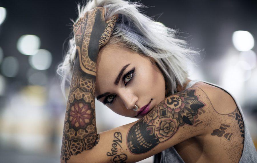 девушка с татуировкой