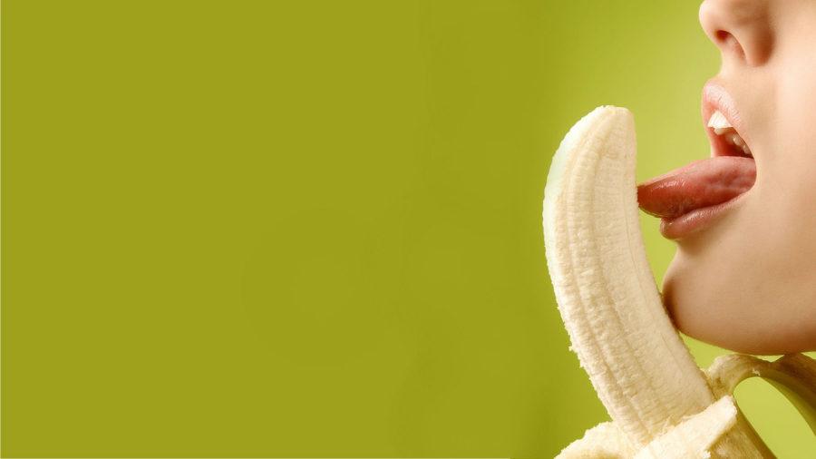 облизывает банан