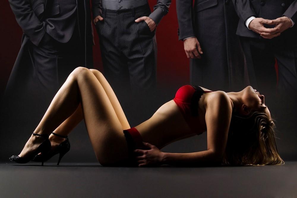 Сексуальная Дама В Рубахе Довольна Вагинальным Проникновением И Оральными Ласками