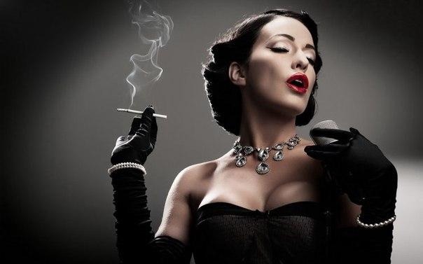 состоятельная женщина курит