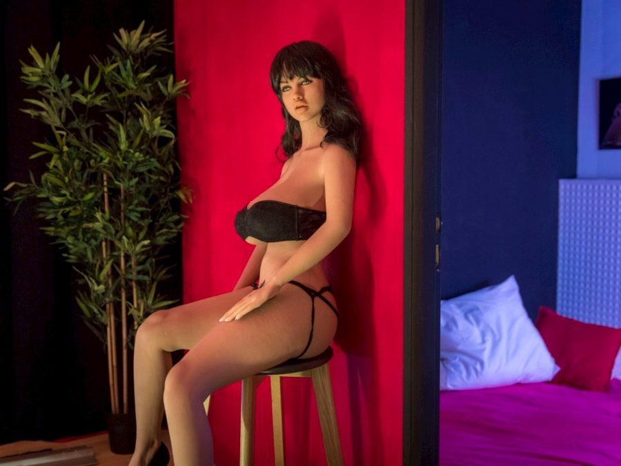 секс кукла на стуле