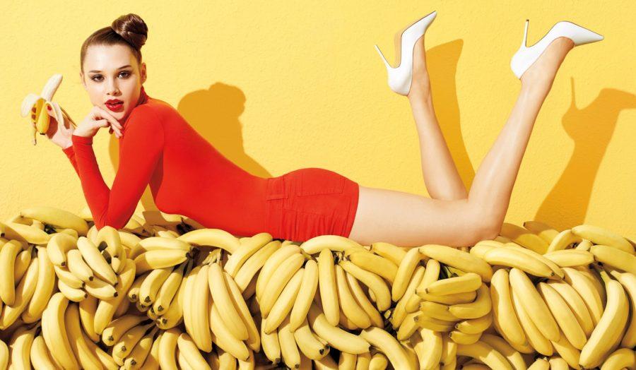 девушка лежит на бананах