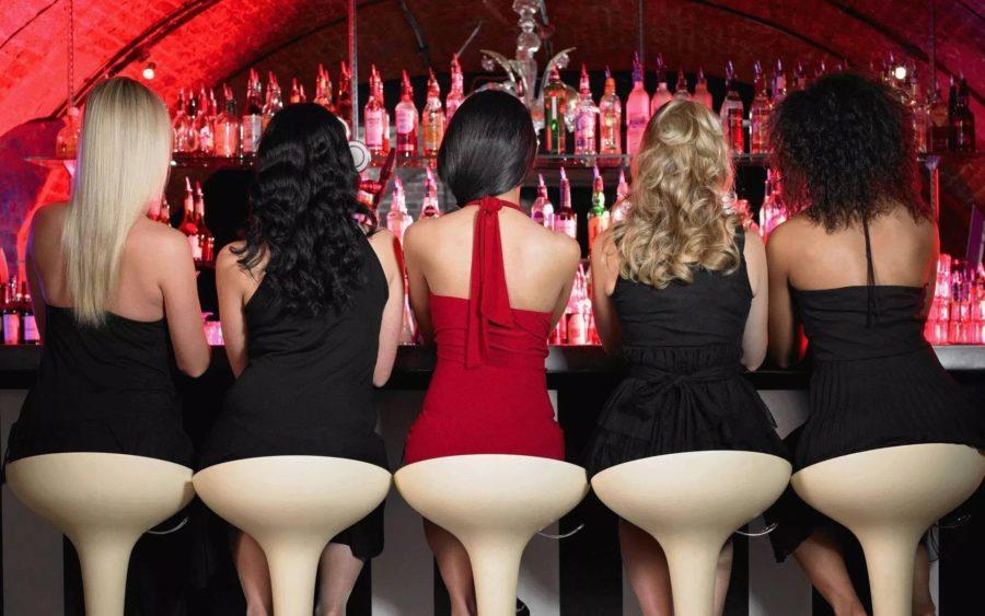 девушки на стульях