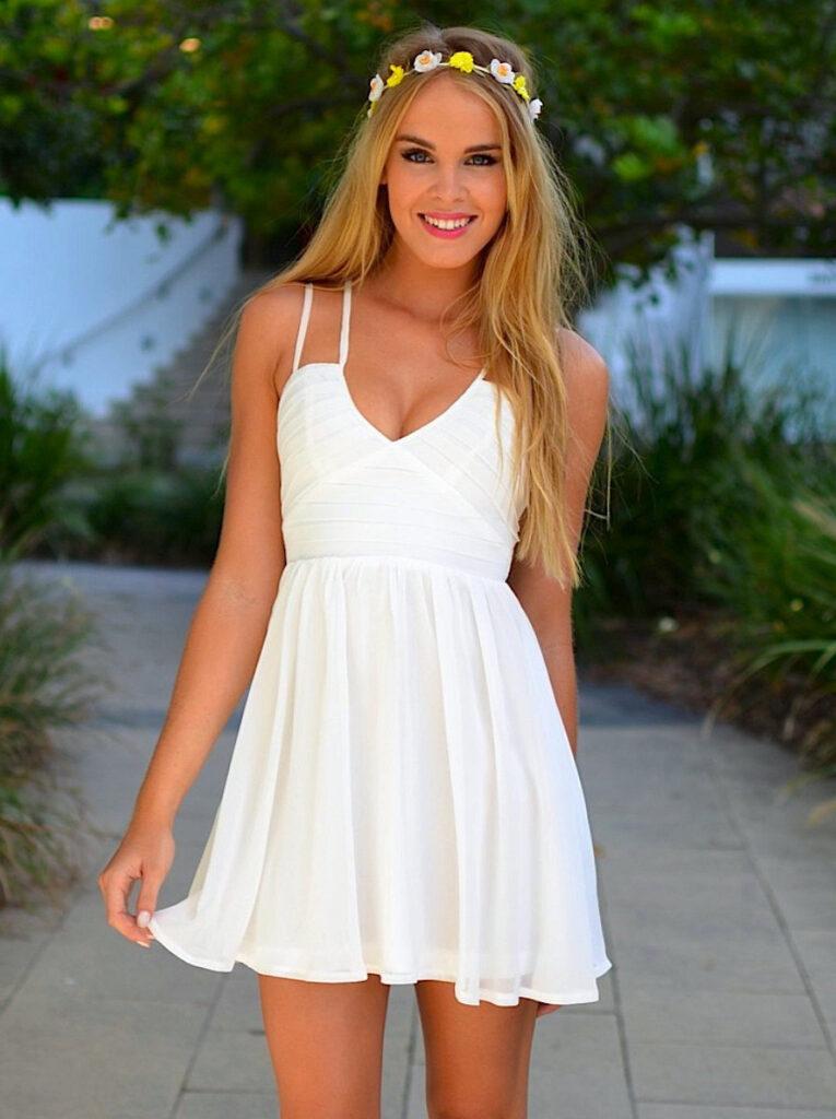 девушка в белом летнем платье