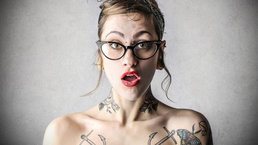 девушка с открытым ртом