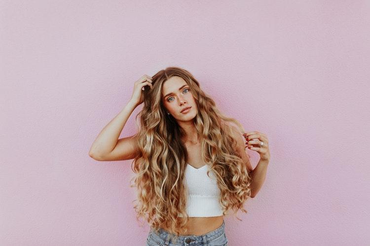 красивая девушка с волнистыми волосами