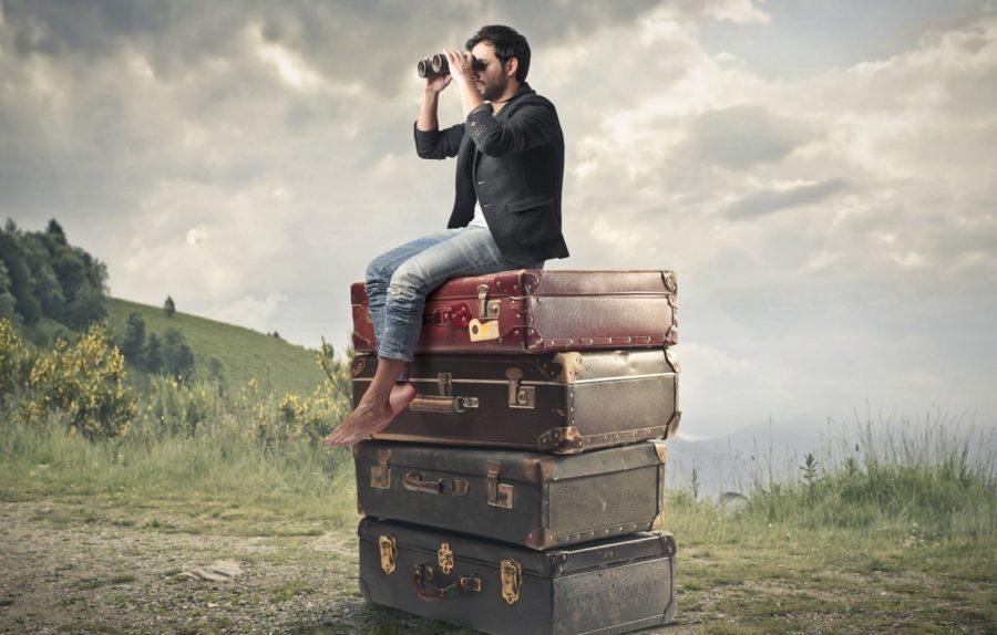 мужчина на чемоданах