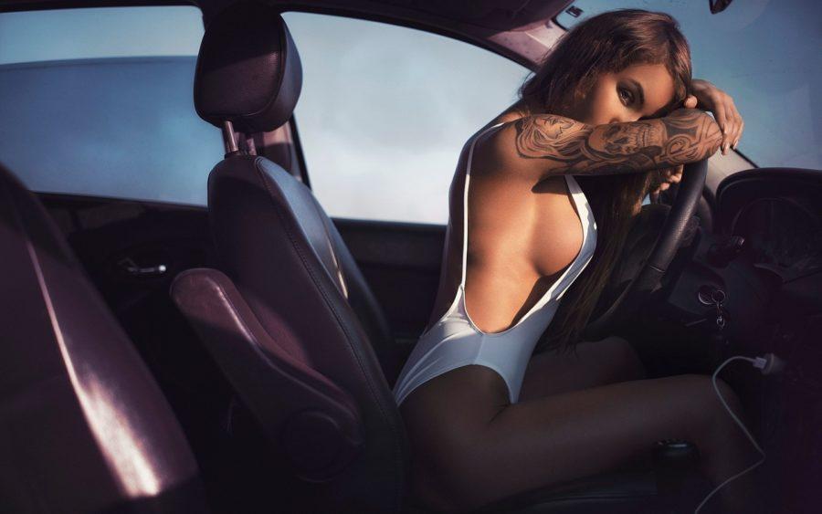 сексуальная девушка в машине