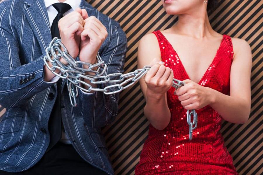 связанный цепью отношений