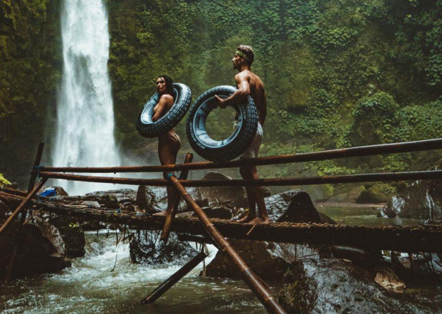 пара возле водопада