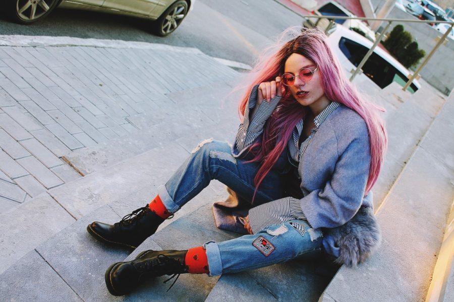 девушка на тротуаре